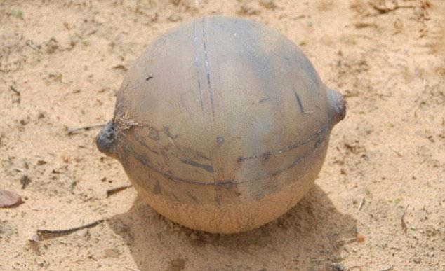 Một trong những quả bóng kim loại bí ẩn rơi xuống đồng cỏ ở Namibia