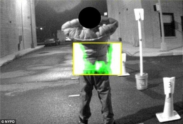 Máy quét hồng ngoại có thể phát hiện vị trí của vũ khí nếu nghi phạm mang theo vũ khí.