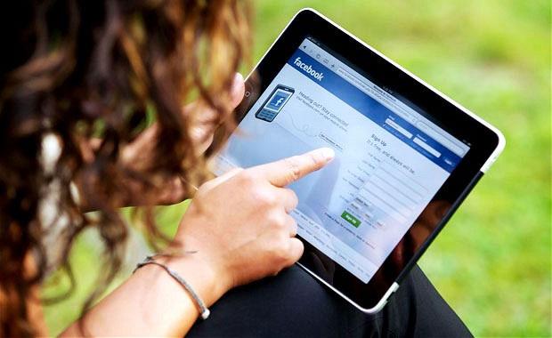 Đánh máy bằng iPad trong thời gian dài sẽ gây đau cơ ở một số bộ phận cơ thể.
