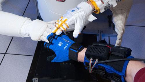 Găng tay màu xanh là loại găng rô bô mới được NASA và GM chế tạo