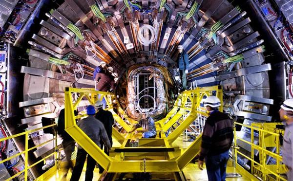 Một proton va chạm với một hạt nhân chì, tạo ra một cơn mưa hạt xuyên qua máy dò của nhóm nghiên cứu máy gia tốc hạt lớn.