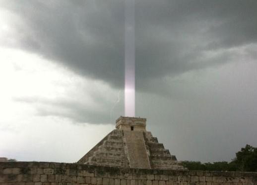 Bức ảnh với chùm ánh sáng bí ẩn gây nhiều tranh cãi