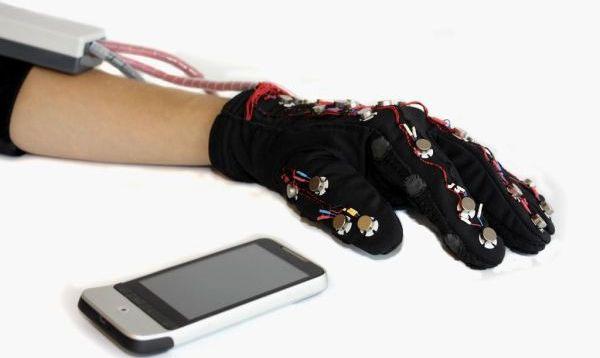 Găng tay giúp người mù điếc nhận và nhắn tin thông qua bộ cảm biến và bluetooth kết nối với điện thoại