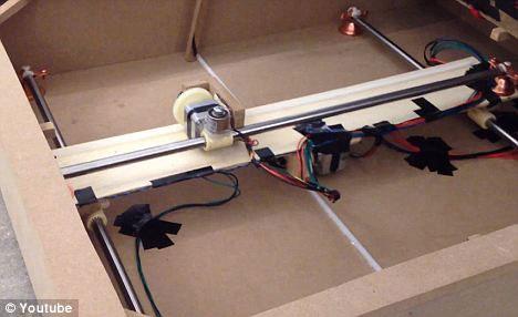 Những nam châm điện tiếp thu sự chỉ dẫn từ một bộ vi xử lý của robot cờ