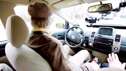 Ông Mahan tự tin ngồi sau tay lái dù mù đến 95%