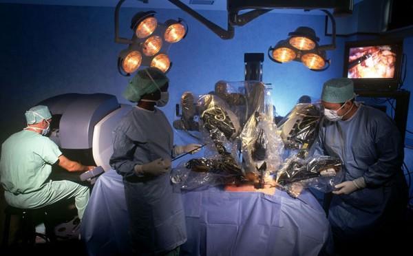 Robot da Vinci đang trợ giúp các bác sĩ trong một ca phẫu thuật thoát vị đĩa đệm.