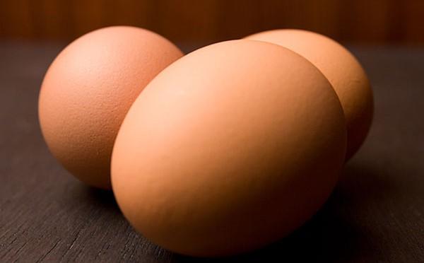 Hình dáng của quả trứng là sự kết hợp bất đối xứng giữa hình bầu dục và hình nón.