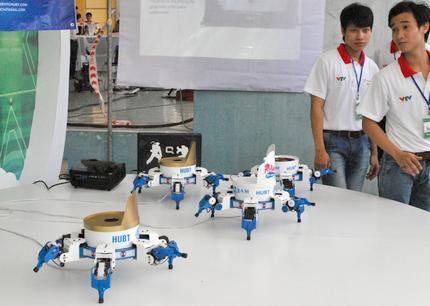 Robot nhảy theo nhạc đang trưng bày tại Nhà thi đấu quân khu 7, TP.HCM