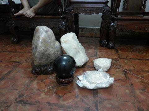 Những cục đá được các chuyên gia cảm xạ yêu cầu gối đầu cho cô bé gây cháy.