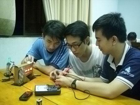 Nhóm tác giả của trường Đại học Bách khoa TP.HCM đang điều chỉnh chiếc đồng hồ thông minh