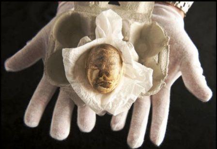 Quả trứng được bọc giấy mềm và cất giữ trong ngăn kéo hơn 3 thập kỷ