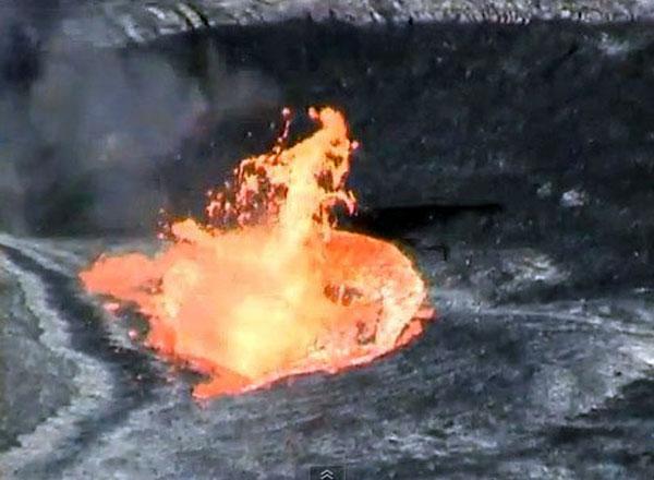 Chất hữu cơ rơi xuống miệng núi lửa sẽ bị đốt cháy, tạo thành cột lửa.