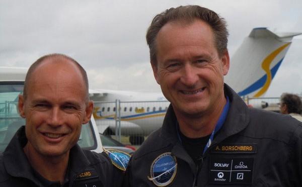 Hai phi hành gia Bertrand Piccard và André Borschberg sau chuyến bay.