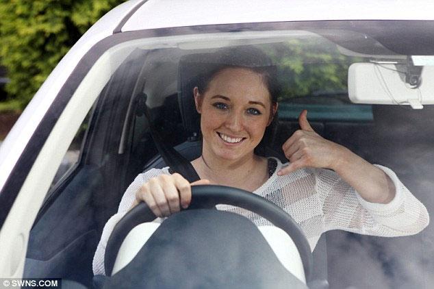 Chỉ cần ra hiệu thế này và gọi tên người cần liên lạc là lái xe có thể gọi điện thoại.