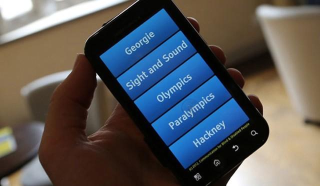 Ứng dụng mới hướng dẫn sử dụng giọng nói, nên người khiếm thị có thể dùng điện thoại dễ hơn.