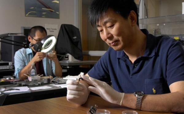 Hai chuyên gia đang xử lý vải tại phòng thí nghiệm