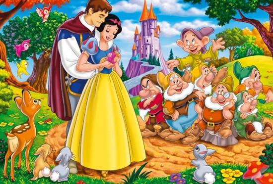 Nàng Bạch Tuyết tỉnh dậy sau giấc ngủ dài nhờ nụ hôn của hoàng tử đẹp trai.