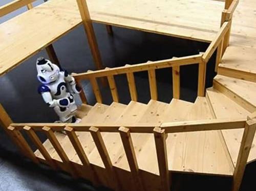 Robot hình dáng người leo cầu thang xoắn
