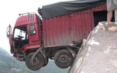 """Những vụ tai nạn xe tải """"không thể tin nổi"""""""