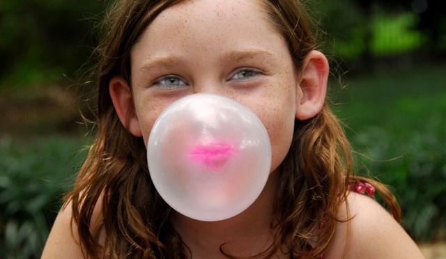 Nuốt kẹo cao su gây dính ruột chỉ là lời đồn.