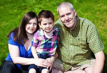 Cậu bé Daniel Harrison cùng bố mẹ