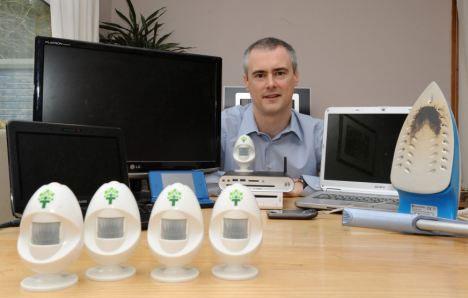 """Nhà phát minh Brian O'Reilly và các sản phẩm """"trứng năng lượng"""" tiết kiệm điện của anh."""