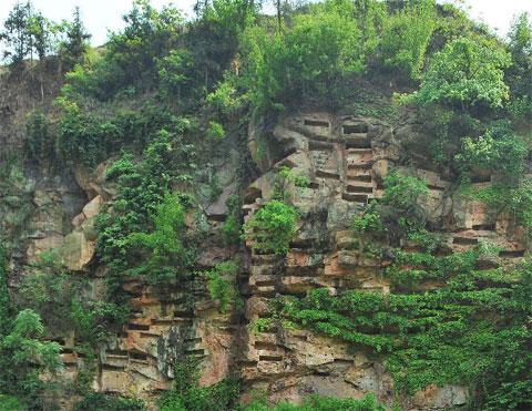 Hơn 100 huyệt chôn người trên vách đá gần thôn Tân Kiến, huyện Hưng Văn, tỉnh Tứ Xuyên, Trung Quốc.