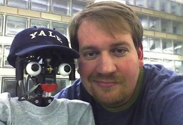 Justin Hart, người xây dựng phần mềm giúp robot Nico nhận biết đây là hình ảnh phản chiếu của mình qua gương