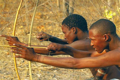 Những người đi săn thuộc tộc Bushmen ngày nay vẫn sử dụng ngôn ngữ của người Khoisan.
