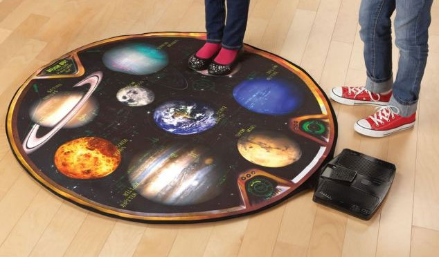 Thảm cân sức khỏe The Talking Teaching Solar System Scale hiển thị các hành tinh trong hệ mặt trời. Những người ăn kiêng có thể biết được cân nặng khác nhau của họ trên mỗi hành tinh.