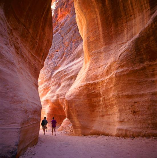 Siq, một hẻm hẹp, là lối đi dẫn tới thành phố ẩn Petra.