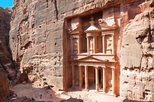 Khazneh, hay Kho báu là một lăng mộ lộng lẫy tại Petra