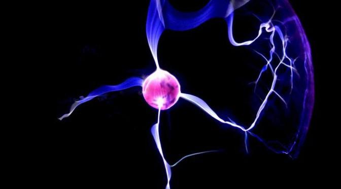 Giống như một quả cầu plasma, sét hòn là khí phát sáng được hình thành bởi một điện trường.