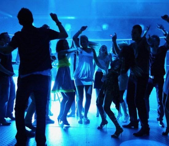 Đàn ông có khả năng phát hiện tình địch thông qua quan sát cách chuyển động trên sàn nhảy của người cùng giới.