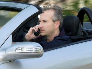 Thật không an toàn khi vừa lái xe vừa dùng điện thoại di động