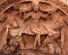 Tác phẩm điêu khắc về nữ thần Hy Lạp Aphrodite, biểu trưng cho tình yêu, sắc đẹp và sự sinh nở, trong trạng thái khỏa thân đang ngồi trên một vỏ sò do 2 vệ sinh nam khiêng, được phát hiện tại thành phố Aphrodisias cổ xưa thời Greco-Roman.