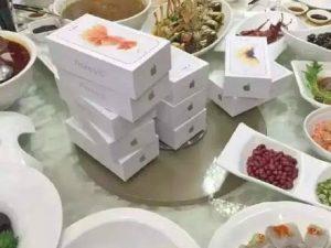 Họp lớp với các bạn cũ, một đại gia đã mua tặng cho mỗi người 1 chiếc iPhone 6S làm quà